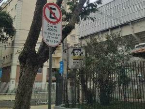 Placa indica restrição de estacionamento  (Foto: Sérgio Tavares / G1)