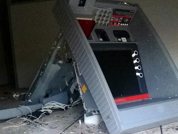 Grupo fugiu levando todo o dinheiro do caixa. Polícia não informou a quantia roubada (Foto: Aline Galdino/G1)
