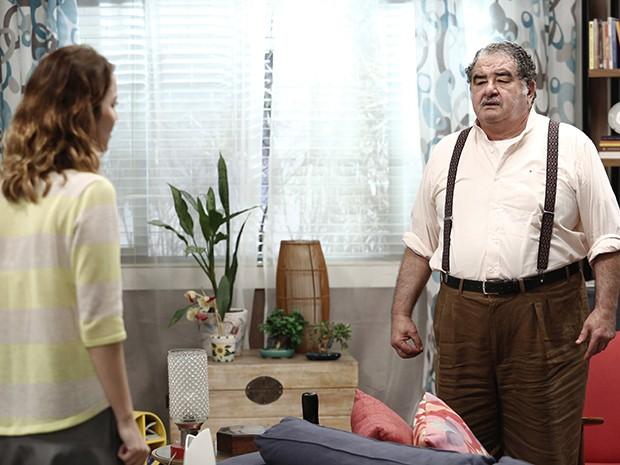 Vicente tenta esconder o jogo, mas Laura insiste (Foto: Inácio Moraes/Gshow)