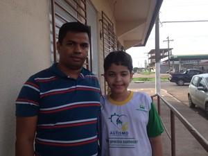 Josivaldo Oliveira acompanhado do filho autista Jorge Oliveira (Foto: Cassio Albuquerque/G1)