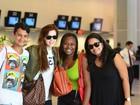 Sophia Abrahão é tietada por fãs em aeroporto