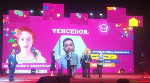 Lunix recebe o prêmio em SP (Foto: Filipe Oliveira)