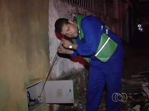 Técnicos trabalham durante a noite para identificar ruídos de vazamentos, em Goiãnia (Foto: Reprodução/TV Anhanguera)