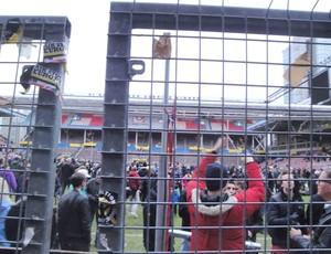 Torcedores cortam a rede do gol do Rasunda para levar de lembrança do estádio que será demolido em janeiro (Foto: Rafael Maranhão / Globoesporte.com)