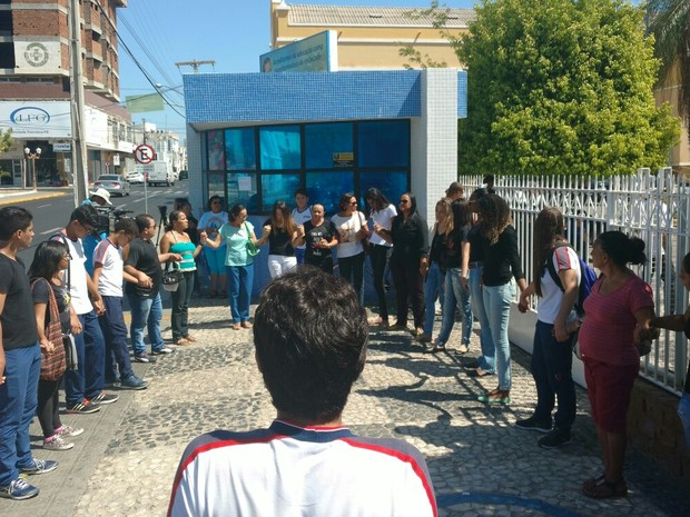 Mobilização em frente ao Colégio pela morte da menina de 7 anos (Foto: Jadir Souza/TV Grande Rio)