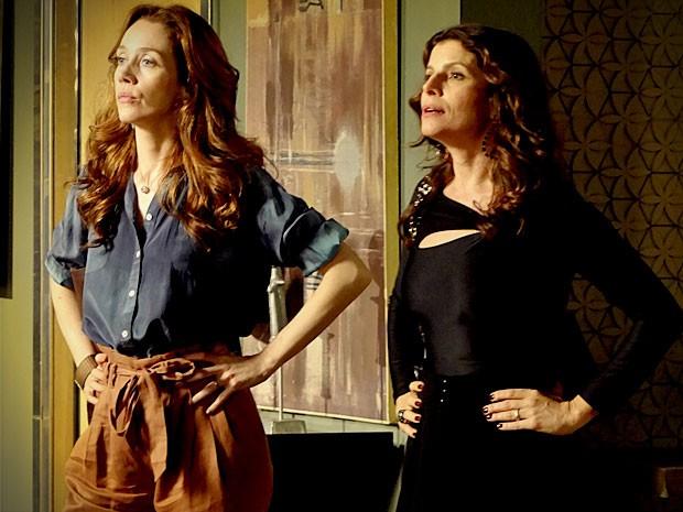 Verônica e Noêmia descobrem que Cadinho vai realizar os sonhos delas com Alexia (Foto: Avenida Brasil / TV Globo)