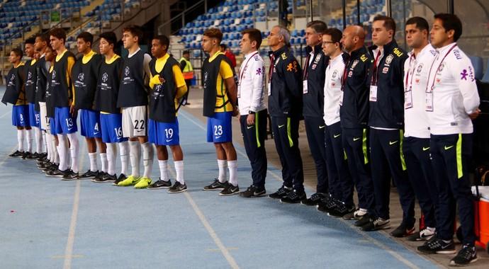 Perfilados para o hino nacional, comissão técnica campeã se concentra momentos antes do jogo (Foto: Gregório Fernandes/CBF)