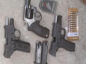 Armas apreendidas pela PM e pelo Exército (Foto: Divulgação PM)