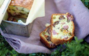 Bolo salgado simples e fácil de fazer tem queijo e ameixa