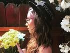 Thaila Ayala faz carão e gesto obsceno em foto