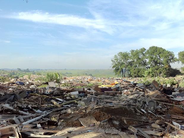 Trabalho de demolição de casas erguidas em terreno do Pinheirinho deve ser concluído ainda hoje (Foto: Juliana Cardilli/G1)