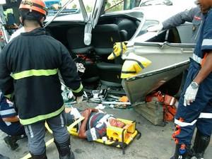 Motorista sobrevive após bater em dois carros, um caminhão e capotar (Foto: Ronildo Brito/Teixeira News)
