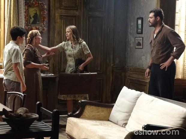 Hilda sai de casa (Foto: Joia Rara/TV Globo)