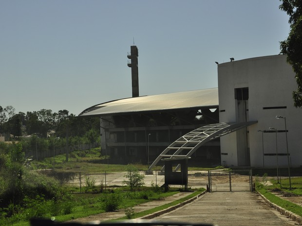 Abandonada, obra do COT da UFMT está tomada pelo mato. (Foto: Nathalia Lorentz/ G1)