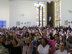 07e1cf913ae6 As seis da manhã fiéis compareceram a igreja para Festa de Santa Rita (Foto: