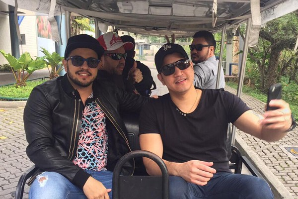 Henrique e Diego nos famosos carrinhos do Projac (Foto: Reprodução Redes Sociais)