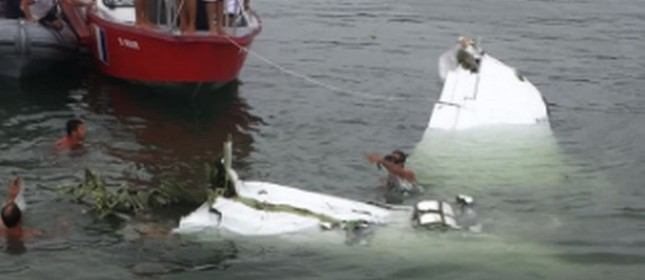 Resgate. Bimotor que levava o ministro do Supremo caiu no mar m Paraty e deixou três mortos  (Foto:  Aeroagora / Reprodução  )