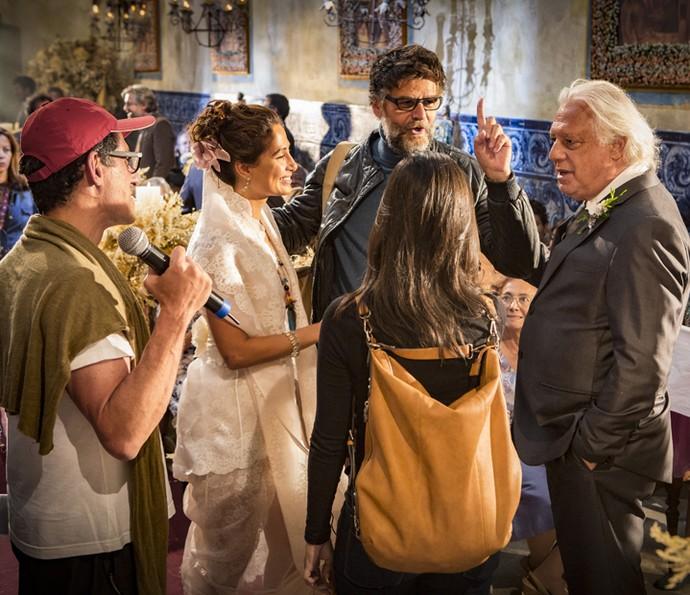 O diretor artístico Luiz Fernando Carvalho conversa com Camila Pitanga e Antonio Fagundes (Foto: Felipe Monteiro/Gshow)
