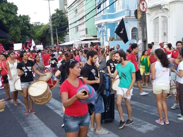 Maracatu do Levante Popular puxou a caminhada no Recife (Foto: Katherine Coutinho/G1)