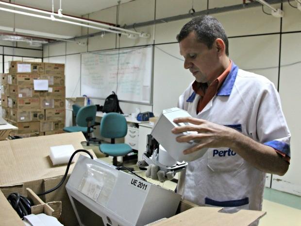 Urnas de 'reserva' também serão enviadas a municípios (Foto: Camila Henriques/G1 AM)
