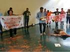 Manifestantes jogam lama no Congresso e são presos por 'crime ambiental'