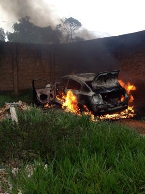 Carro que teria sido usado pelos criminosos foi encontrado em chamas (Foto: Divulgação)