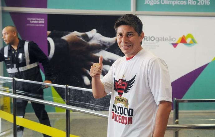 Darío Conca desembarca no Rio para defender o Flamengo (Foto: Alexandre Durão)