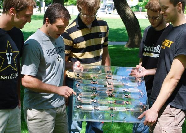 Estudantes mostram protótipo de painel de energia solar com células de espinafre e silício (Foto: Universidade Vanderbilt/Divulgação)