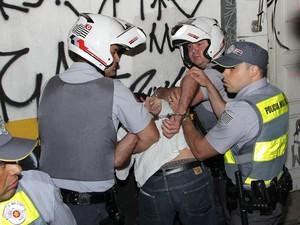 Manifestante é preso no começo do protesto pelo aumento da passagem em São Paulo (Foto: Rafael Stedile)