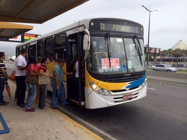 Ônibus circulam com frota emergencial durante greve em Natal (Foto: Fernanda Zauli/G1)
