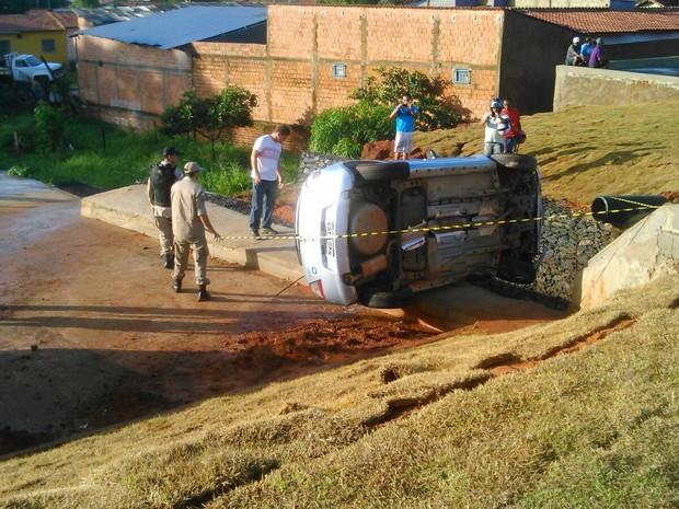 Três pessoas estavam no carro; uma precisou ser levada ao hospital (Foto: Divulgação/Corpo de Bombeiros)