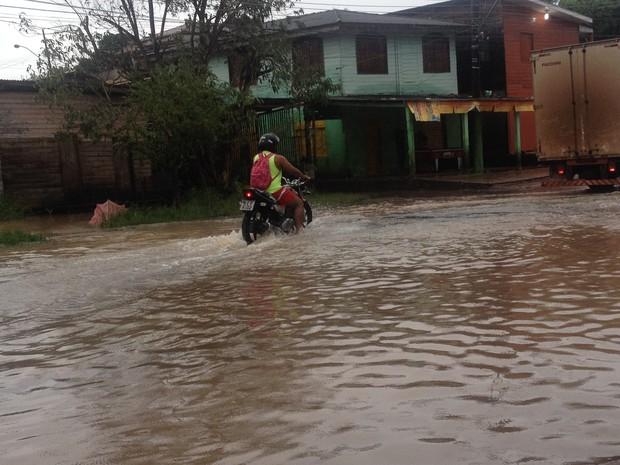 Trecho da rua Santos Dummont ficou alagado (Foto: Dyepeson Martins/G1)