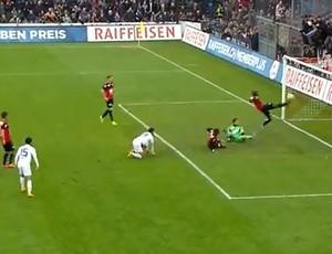 Zagueiro do Aarau salva gol em rebote de pênalti contra o Zurich