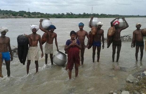 Yellavva contou com a ajuda do pai, irmão e primos para cruzar o rio (Foto: BBC)