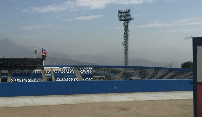 Setor destinado para visitantes no estádio da Católica (Foto: Raphael Zarko)