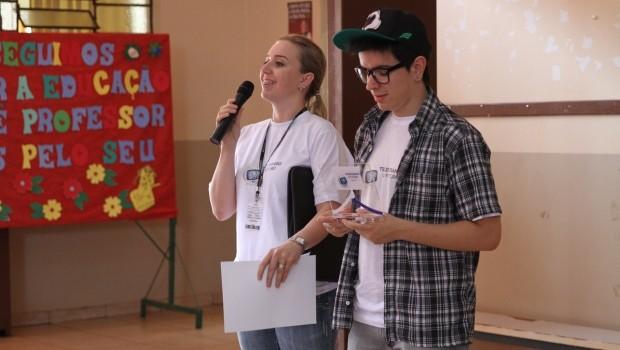 Coordenadora regional do projeto, Eliane Schlichting e o mascote Léo (Foto: Divulgação/RPCTV)
