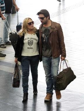 Susana Vieira e Sandro Pedroso no aeroporto (Foto: Orlando Oliveira/AgNews)