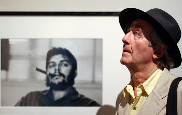 O fotógrafo suíço René Burri e sua famosa foto de Che (Foto: AP/Keystone/Sandro Campardo/File)