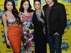 Selena Gomez posa com James Franco em première de filme nos EUA