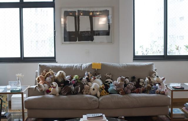 As filhas de Marina Person estão vendendo bichinhos de pelúcia na sala da casa! (Foto:  Camila Guerreiro)