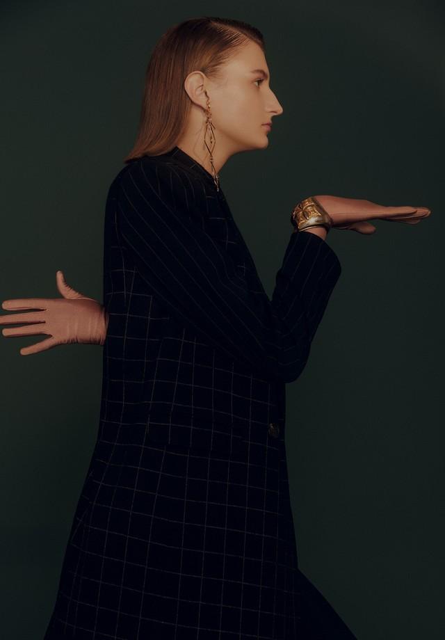 Blazer, R$ 6.980, Max Mara; colete, R$ 11.400, Brunello Cucinelli; calça, R$ 4.900, Giorgio Armani. Brincos, R$ 2.930, e bracelete, R$ 3.700, ambos Louis Vuitton; luvas, R$ 40, Luvaria Gomes. (Foto: Rafael Pavarotti)