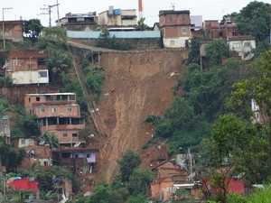 No bairro São Marcos, em Colatina, EspíritoSanto, quatro casas desabaram (Foto: Elber Dbob / VC no G1)