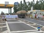 Indígenas protestam em praça de pedágio na rodovia em Avaí