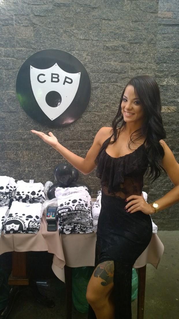 Jennifer de Paula recebe faixa de musa do Bloco Cordão da Bola Preta (Foto: Divulgação)