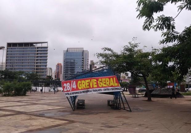 Faixa de apoio à greve geral no Largo da Batata, em Pinheiros, em dia de greve geral em São Paulo (Foto: Barbara Bigarelli/Editora Globo)
