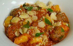Nhoque de batata com almôndegas, molho de tomate e manjericão