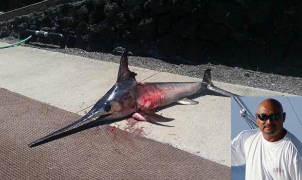 Pescador Randy Llanes morreu ao ser atingido por peixe-espada (Foto: Reprodução/YouTube/KHON2 News)