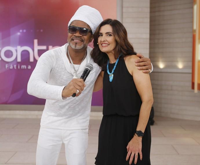 Carlinhos Brown com a apresentadora nos bastidores  (Foto: Fabiano Battaglin/Gshow)