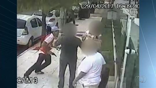 Dupla é presa suspeita de roubar três pessoas em frente a prédio no Setor Bueno, em Goiânia