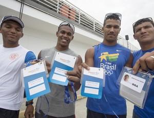 Quarteto brasileiro da canoagem mostra credenciais do evento-teste (Foto: Antônio Scorza / Ag. O Globo)